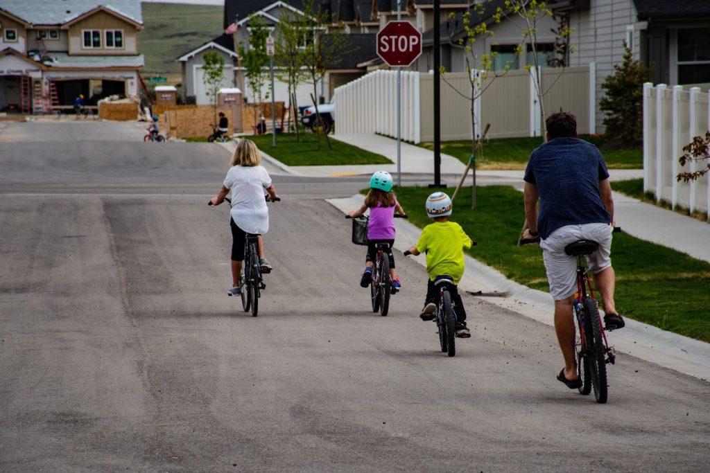 intentando enseñar a sus peques a montar en bicicleta